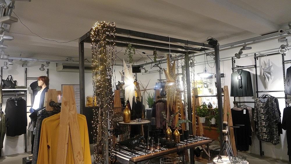 etalages en interieur in een kledingwinkel