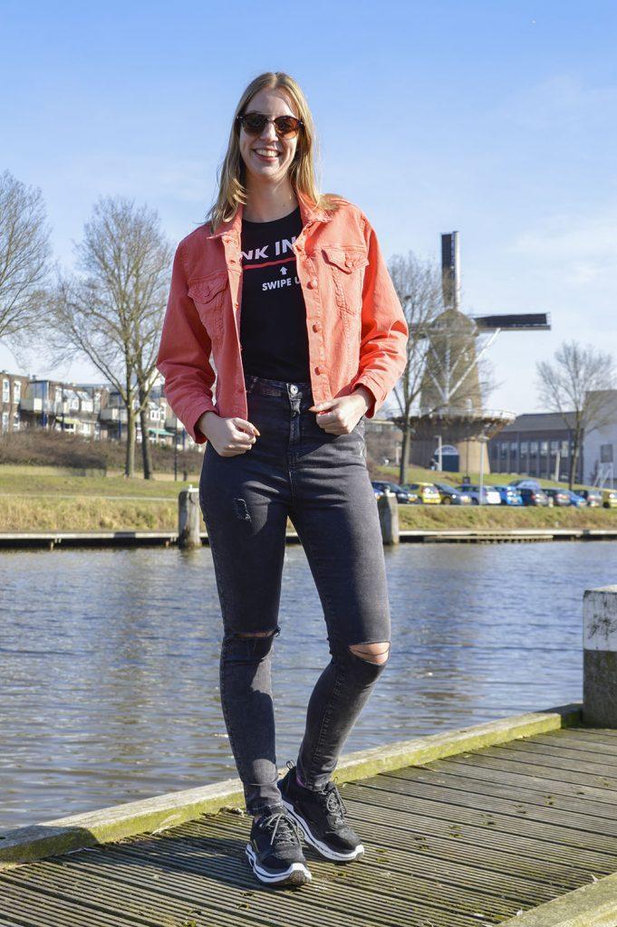 oranje spijkerjack outfit